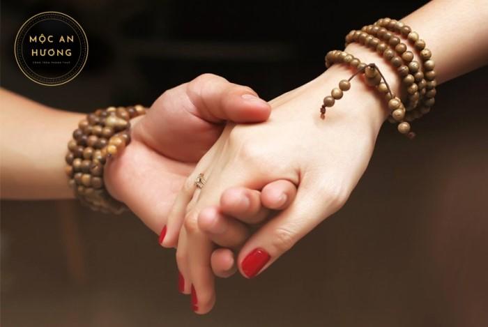 Vẻ đẹp sang trọng của người sở hữu vòng tay trầm hương